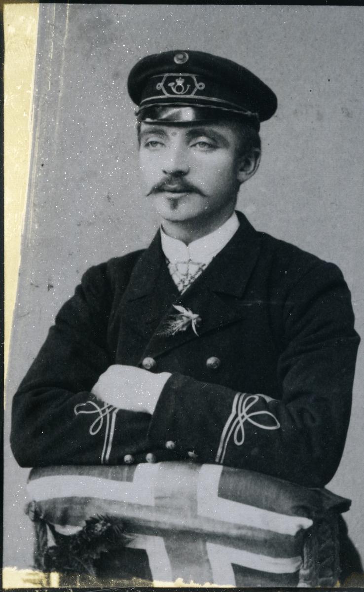 Olav Semeleng i postuniform