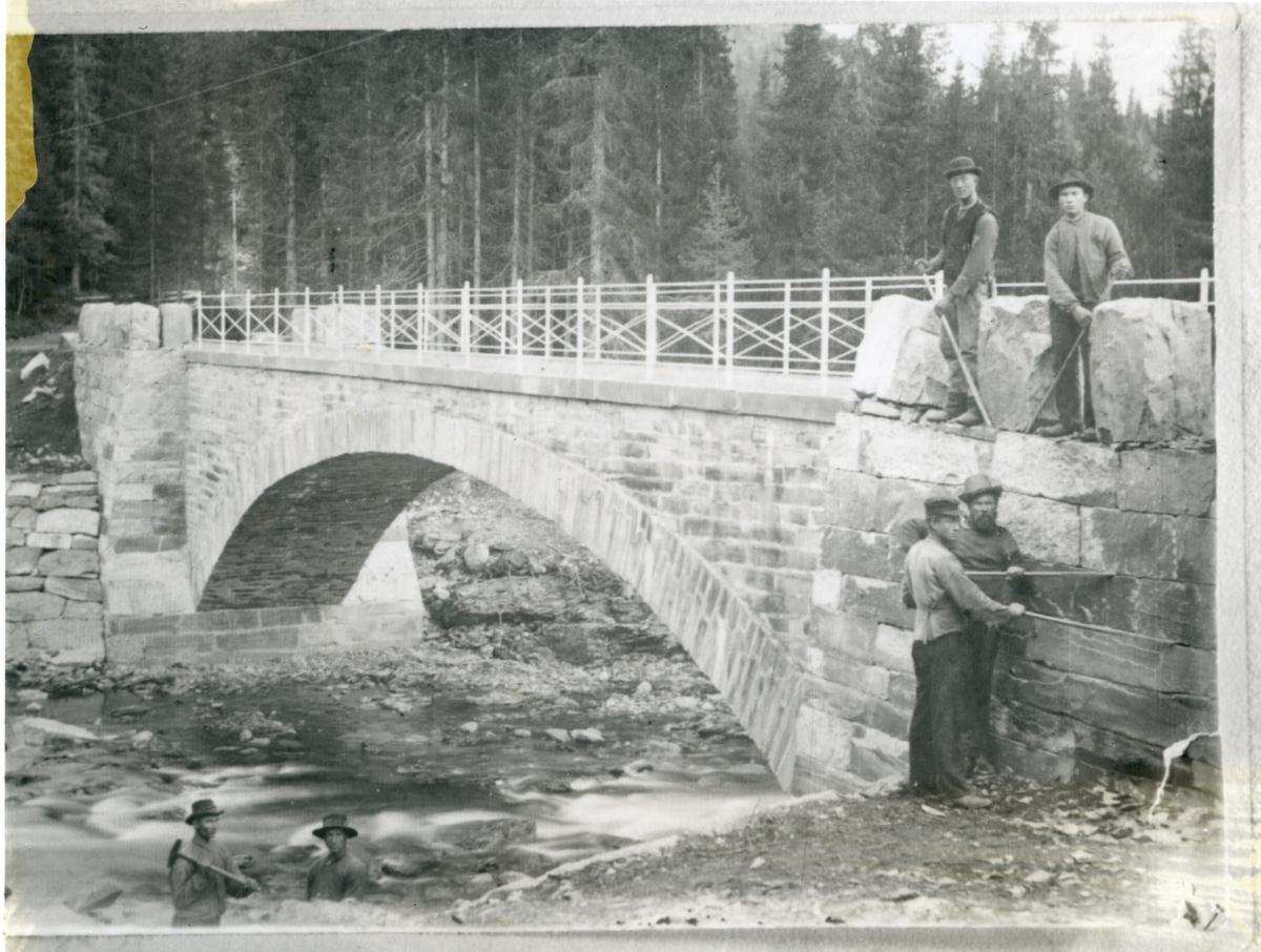 Bygging av Vindebrue i 1903. Storefoss, Øystre Slidre.