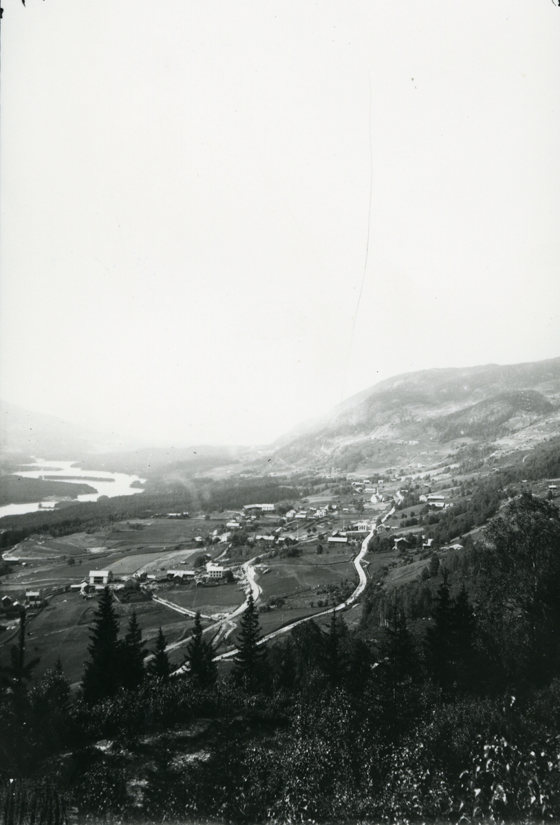 Utsikt nordover mot Aurdal, Nord-Aurdal. Aurdalsfjorden til venstre i bildet.