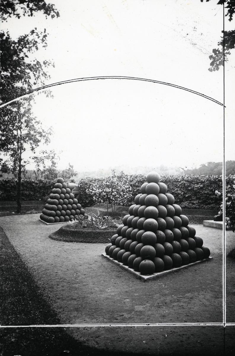 Krigsminnesmerke med fasong som en pyramide. Laget av kanonkuler. Et sted i USA
