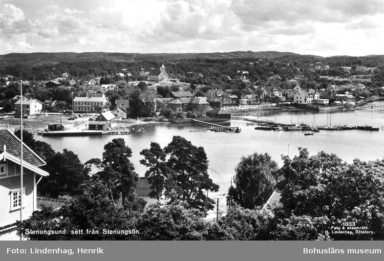"""Text på kortet: """"Stenungsund sett från Stenungsön""""."""