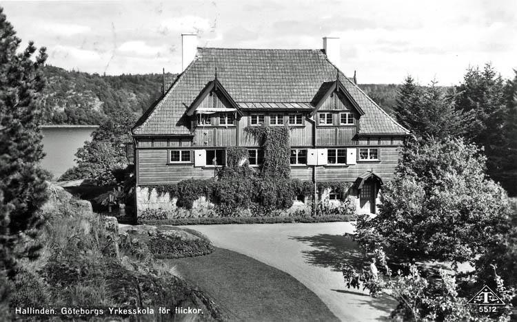 """Text på kortet:"""" Hallinden. Göteborgs Yrkesskola för flickor""""."""