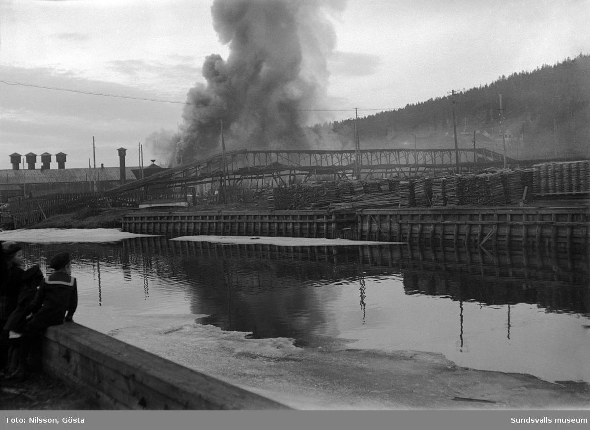Norrmalm. AB Svensk Papp brinner. Industribyggnaderna brann tre gånger 1916, 1920 samt 1923. Företaget som tillverkade kartongmaterial likviderades 1923.