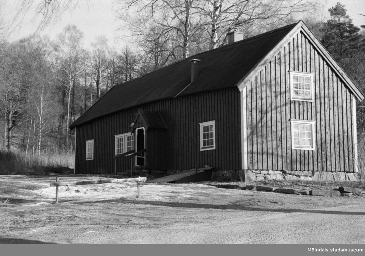 """""""Gunnes"""" i Hällesåkers by, 1987-09-13. Ladugården är riven men manhuset finns kvar."""