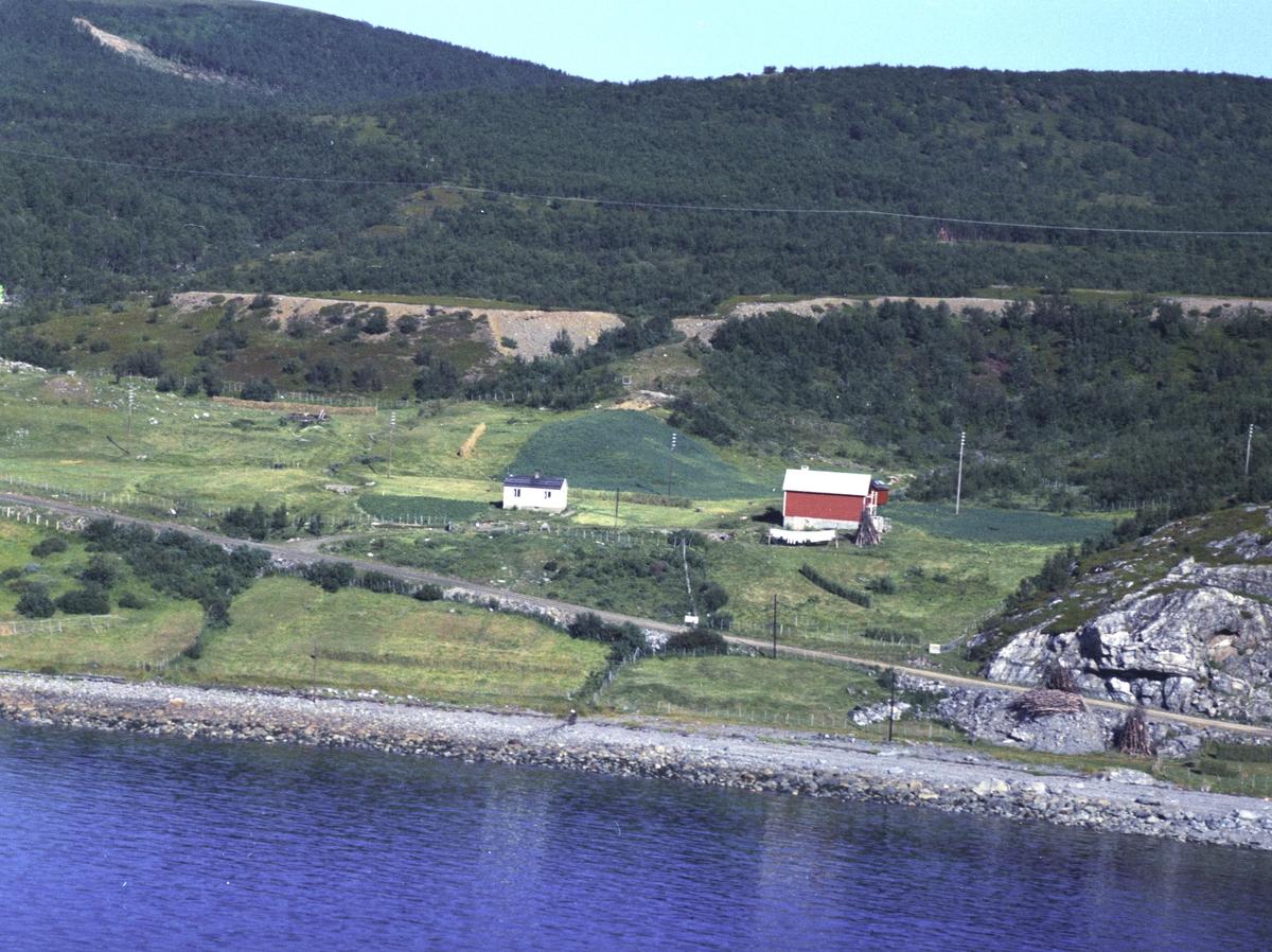 Flyfoto fra Lebesby. Negativ nr. 122696. Huset tilhører Johannes Hansnes Lebesby.