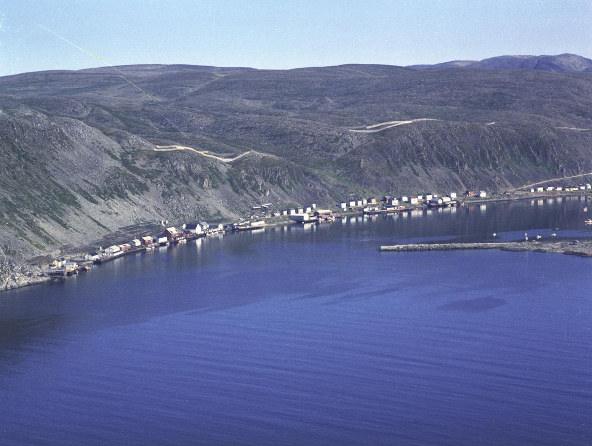 Flyfoto fra Kjøllefjord. Negativ nr. 122751.
