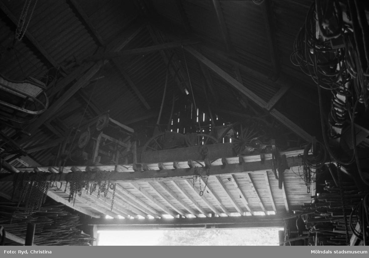Eskil Carlssons loge med vagnar och slädar upphängda i taket. Hällesåker 1:2, 1991.