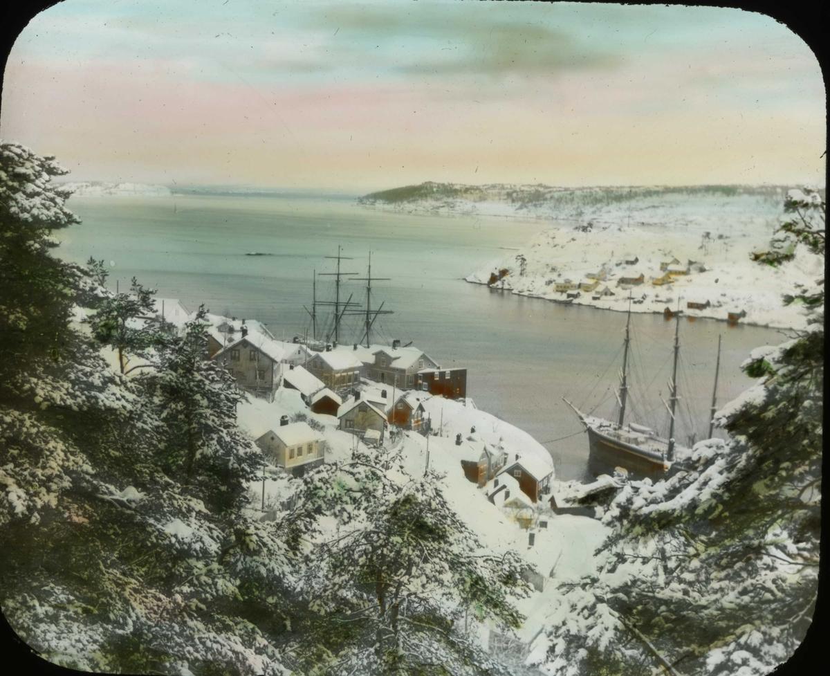 Vinter. Seilskuter ligger ved land