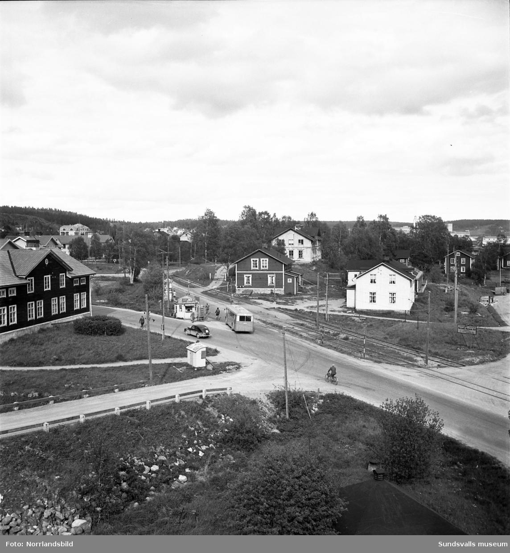 Vägkorsning i södra Skönsberg, Heffnersvägen ungefär vid Sundsvallsbrons norra fäste. I bakgrunden skymtar Skönsbergs skola.