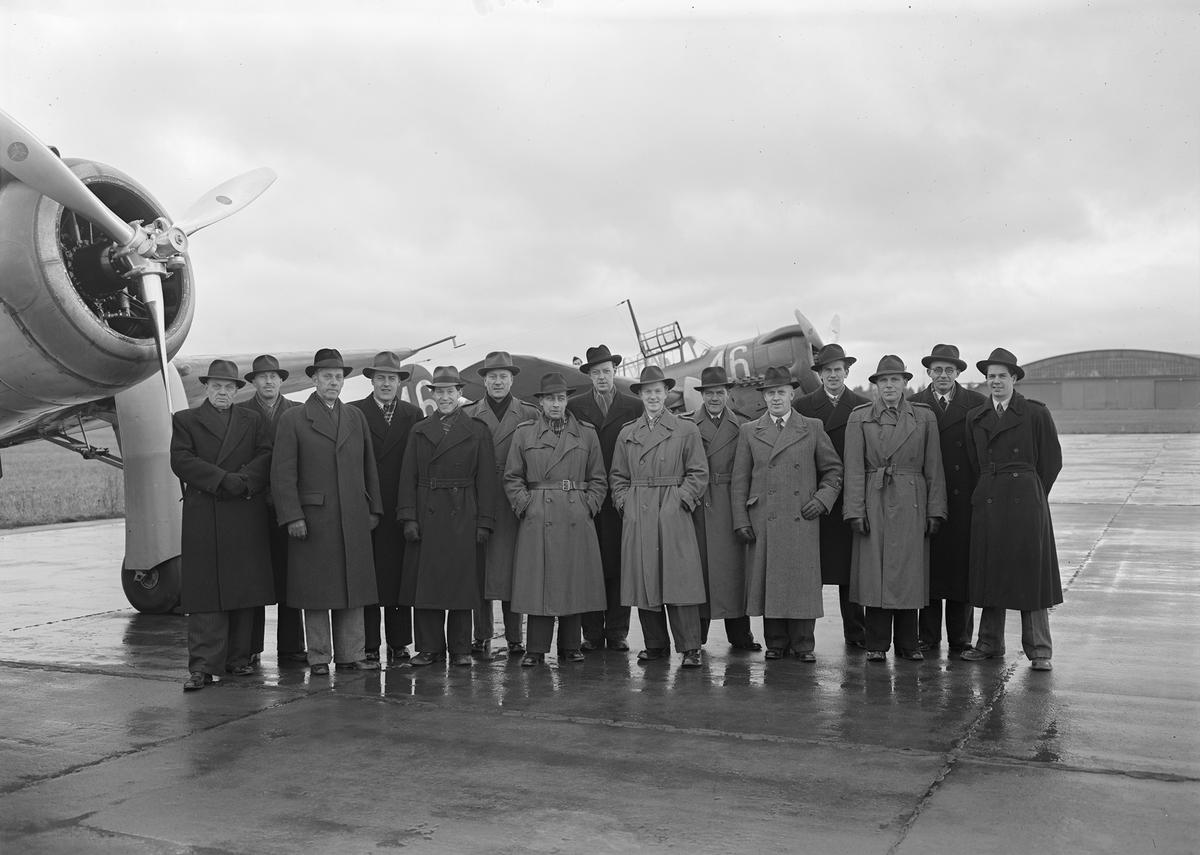 Fotograferna från samtliga svenska flygflottiljer vid kurs på F 3 Östgöta flygflottilj den 22-26 november 1943. Grupporträtt framför flygplan S 17.