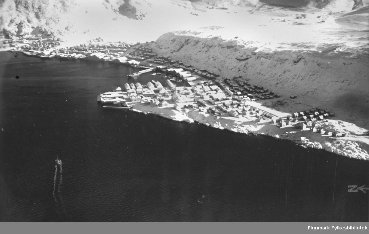 Dette er et flyfoto tatt av Hammerfest i 22.03.1935.  Bak flyfotoet står det skrevet: Fotografert av: lnt. Bodin. Klokkeslett: 11:28, Kamera: Zeiss.