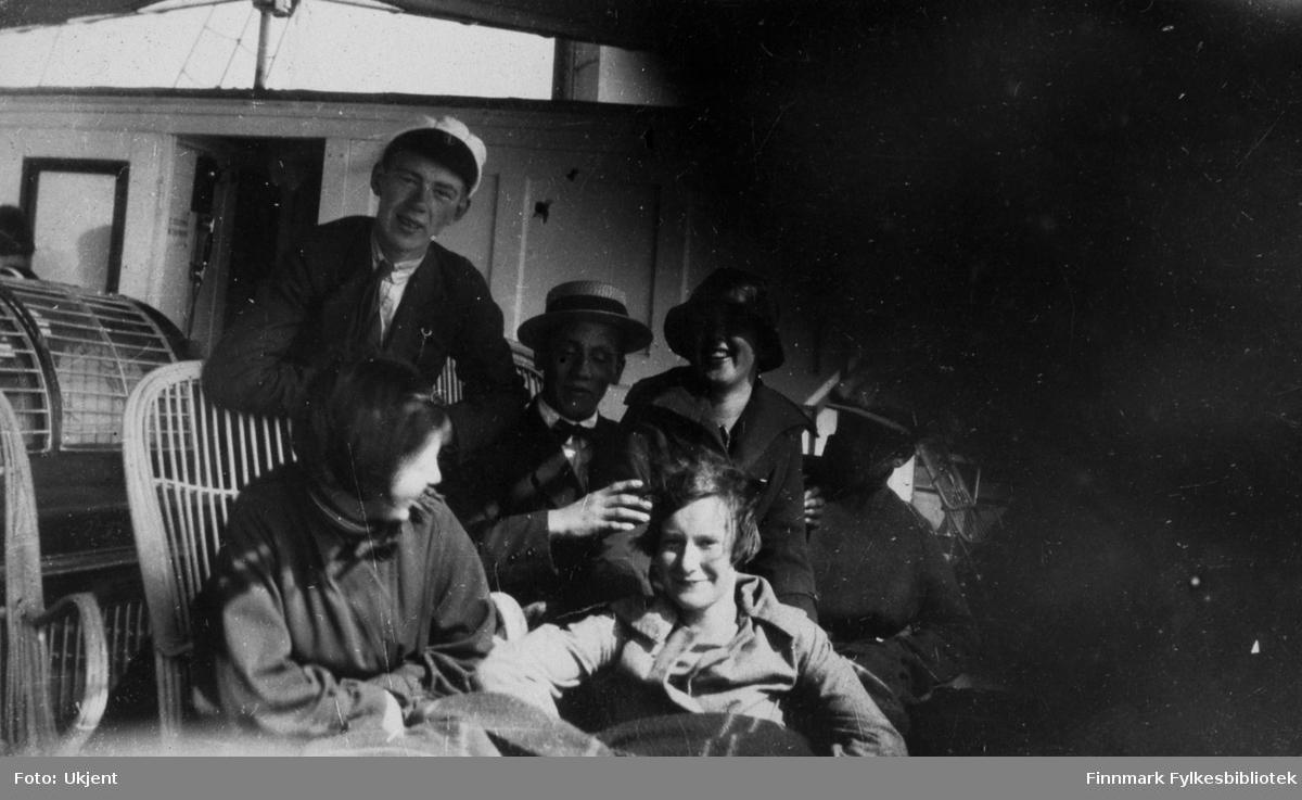 Her poserer en gruppe med folk ombord et skip som trolig er Hurtigruten. De fleste på bildet er ukjente, men gutten i bakerste rad fra venstre er identifisert som Einar Bertelsen. Han har på seg jakke, slips og lue og lener seg mot en stråstol. Ved siden av ham sitter en gutt i hatt og sløyfe rundt halsen. Tre jenter sitter med dem, de har på seg hatter og kåper. En tredje ukjent gutt sitter helt til høyre i bildet. Bak Einar kan man se en døråpning.
