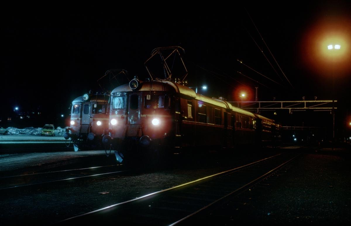 Kveld på Støren stasjon. Lokaltog venter på neste morgens innsats. NSB elektriske motorvognsett type 65b.