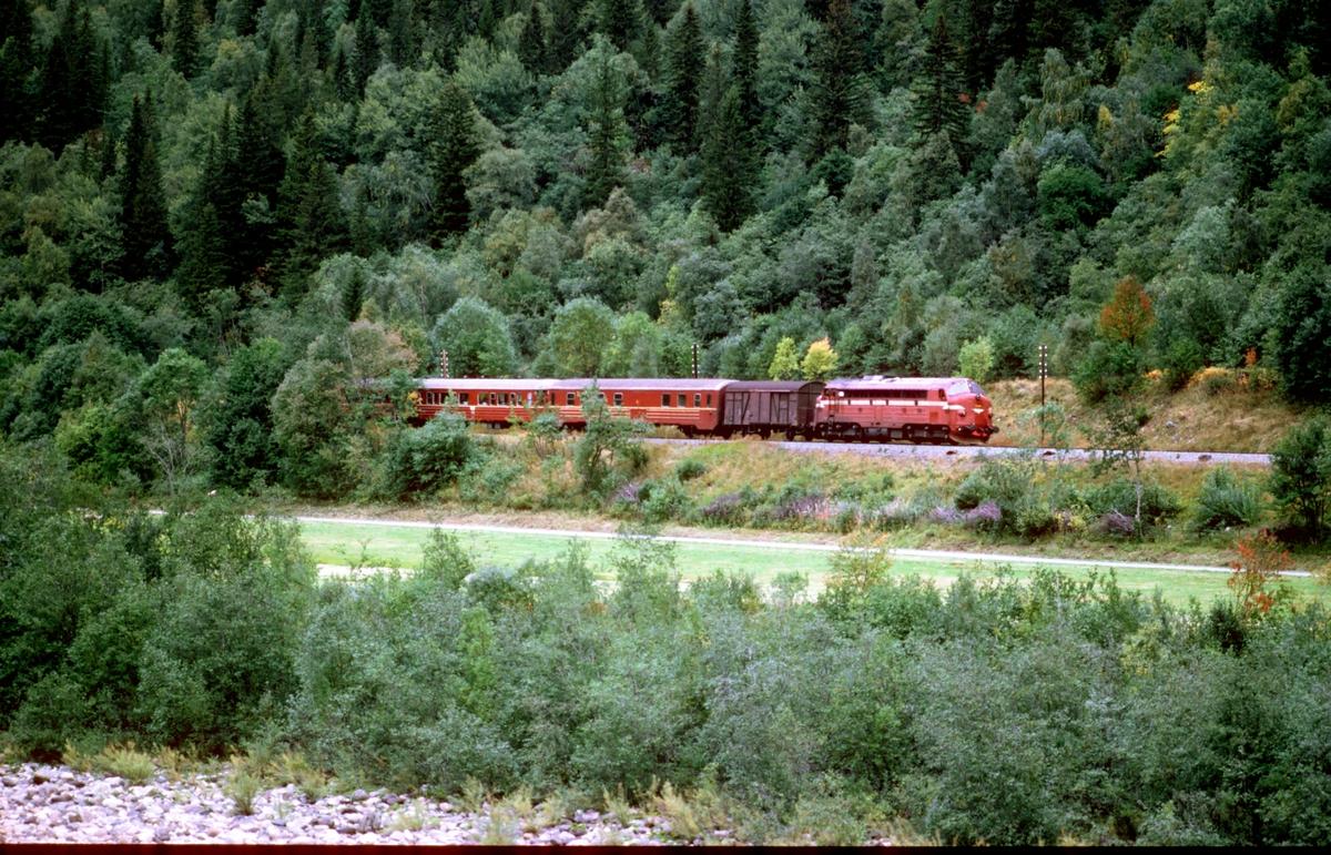 Rørosbanens daghurtigtog med NSB dieselelektrisk lokomotiv type Di 3 i Haltdalen.