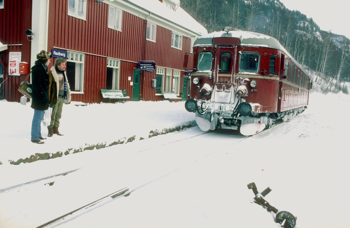 Rødberg stasjon med persontog til Kongsberg.