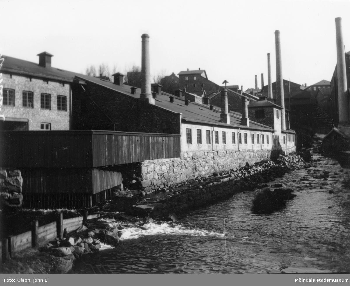 Mölndalsfallen uppströms från Forsebron år 1899. Del av fem bilder i s/v för Mölndals Kvarnby och industrierna.
