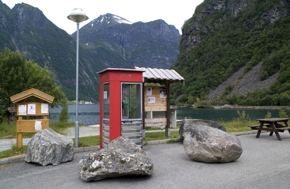 Denne telefonkiosken står i Bjørke, Ørsta, og er en av de 100 vernede kioskene i Norge. De røde telefonkioskene ble laget av hovedverkstedet til Telenor (Telegrafverket, Televerket). Målene er så å si uforandret.  Vi har dessverre ikke hatt kapasitet til å gjøre grundige mål av hver enkelt kiosk som er vernet.  Blant annet er vekten og høyden på døra endret fra tegningene til hovedverkstedet fra 1933. Målene fra 1933 var: Høyde 2500 mm + sokkel på ca 70 mm Grunnflate 1000x1000 mm. Vekt 850 kg. Mange av oss har minner knyttet til den lille røde bygningen. Historien om telefonkiosken er på mange måter historien om oss.  Derfor ble 100 av de røde telefonkioskene rundt om i landet vernet i 1997. Dette er en av dem.