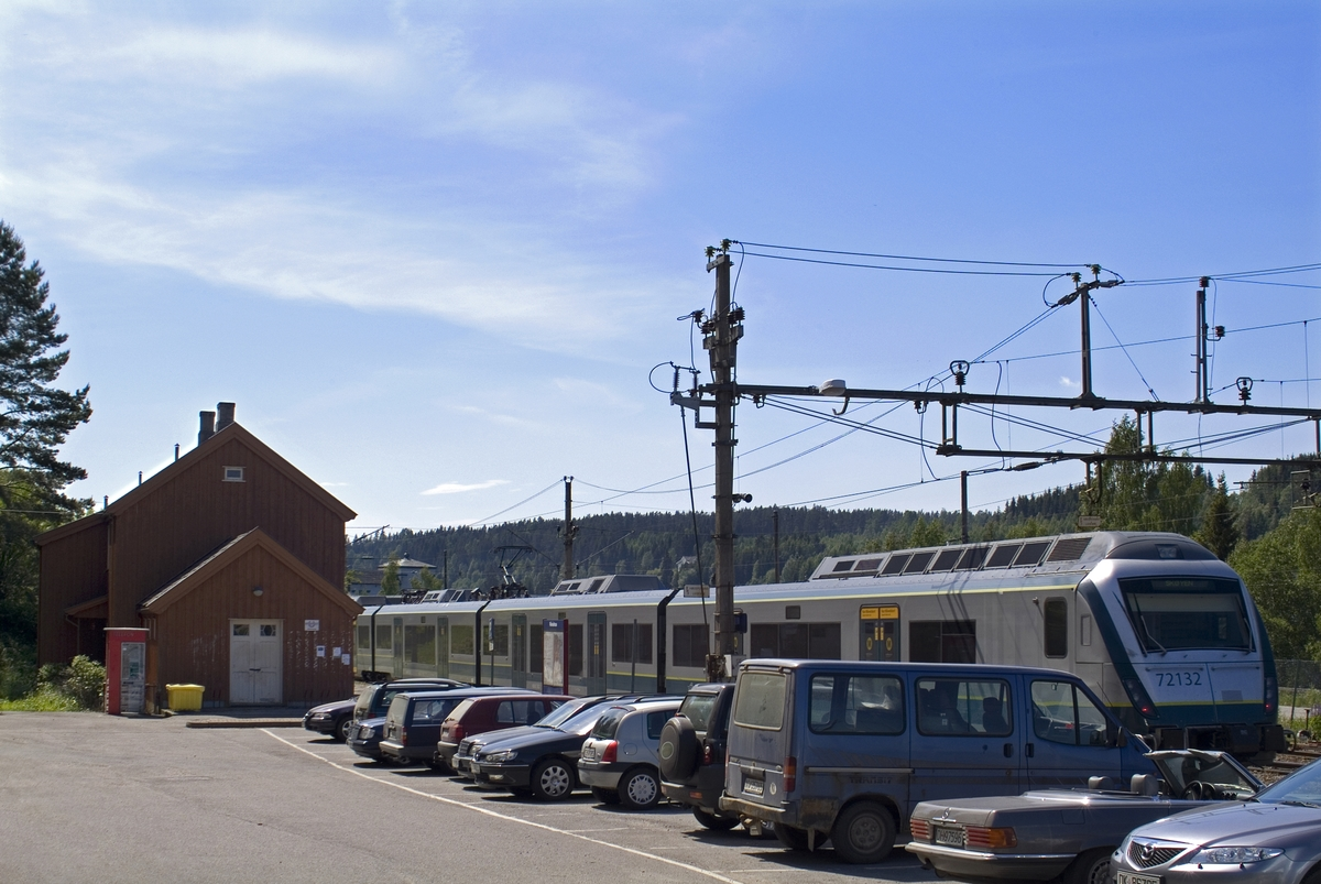 Denne telefonkiosken står på jernbanestasjonen i Rånåsfoss, og er en av de 100 vernede telefonkioskene i Norge. De røde telefonkioskene ble laget av hovedverkstedet til Telenor (Telegrafverket, Televerket). Målene er så å si uforandret.  Vi har dessverre ikke hatt kapasitet til å gjøre grundige mål av hver enkelt kiosk som er vernet.  Blant annet er vekten og høyden på døra endret fra tegningene til hovedverkstedet fra 1933. Målene fra 1933 var: Høyde 2500 mm + sokkel på ca 70 mm Grunnflate 1000x1000 mm. Vekt 850 kg. Mange av oss har minner knyttet til den lille røde bygningen. Historien om telefonkiosken er på mange måter historien om oss.  Derfor ble 100 av de røde telefonkioskene rundt om i landet vernet i 1997. Dette er en av dem.