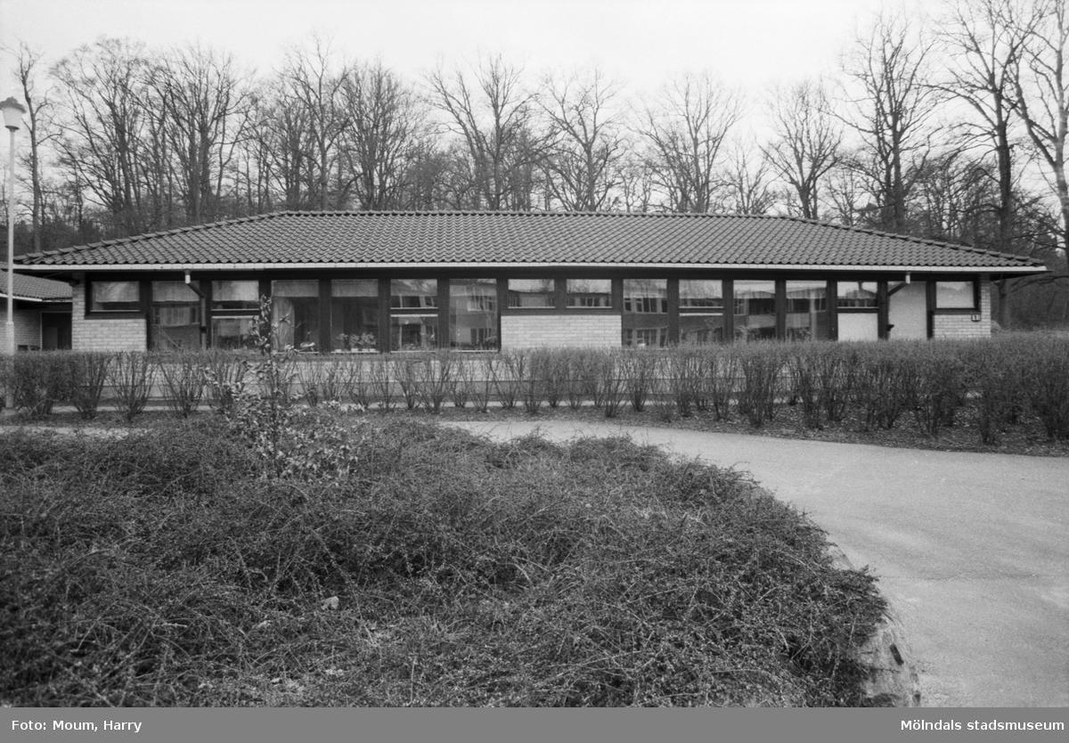 """Daghem i Liveredsområdet i Kållered, år 1985. """"Det här huset har kommunen hyrt som barndaghem i Liveredsområdet. Men nu får man ändra planerna.""""  För mer information om bilden se under tilläggsinformation."""