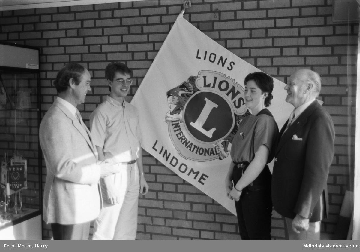 """Lindome Lions delar ut kulturstipendium till ungdomar i Lindome, år 1985. """"Lions Kjell Tengelin och Gösta Mattson önskar stipendiaterna lycka till.""""  För mer information om bilden se under tilläggsinformation."""