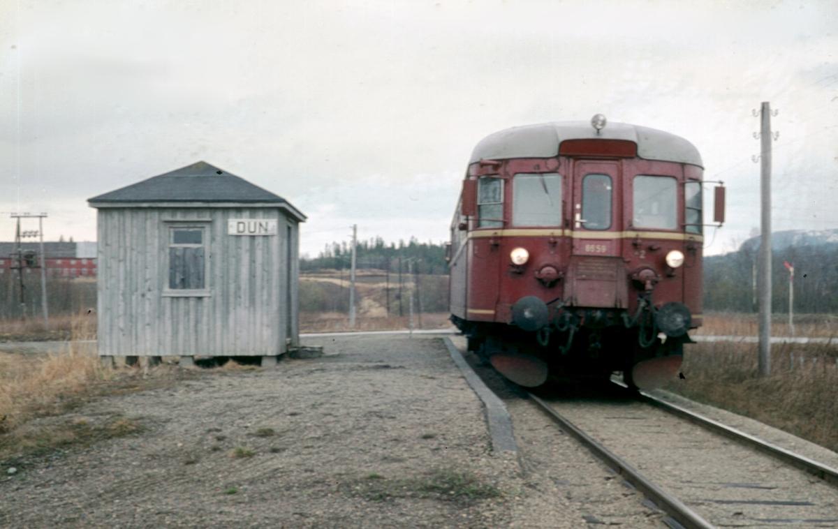 Dun holdeplass på Namsoslinjen. Persontog 484 (Namsos - Grong) med dieselmotorvogn BM 86 59.