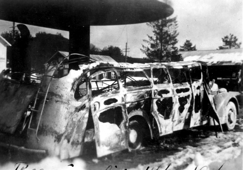 Regjeringens utbrente buss i Nybergsund etter bombingen 11. april 1940.