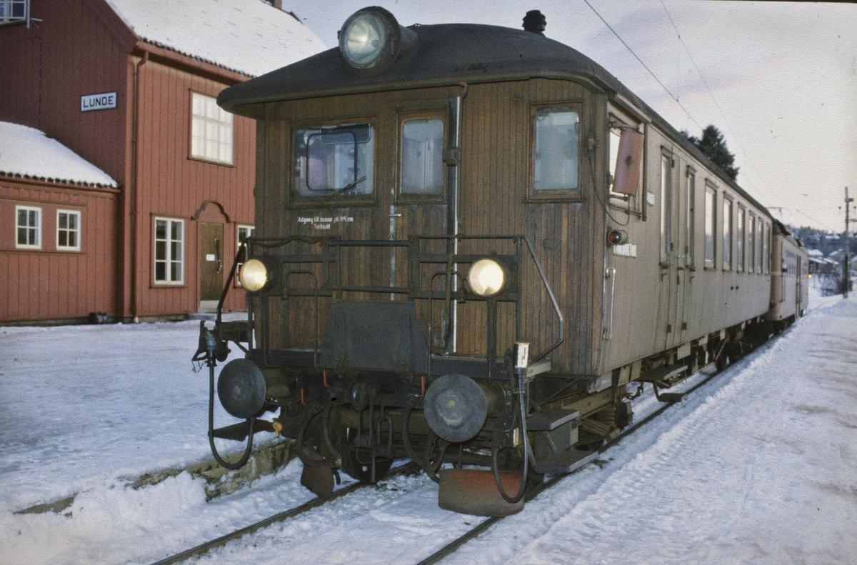 Lokaltog til Nordagutu i Lunde stasjon. NSB elektrisk motorvognsett type 65.