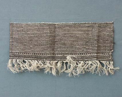Prov till draperityg med lingarn i varp och ull- och lingarn i inslag.Väven är vikt dubbel på bilden.