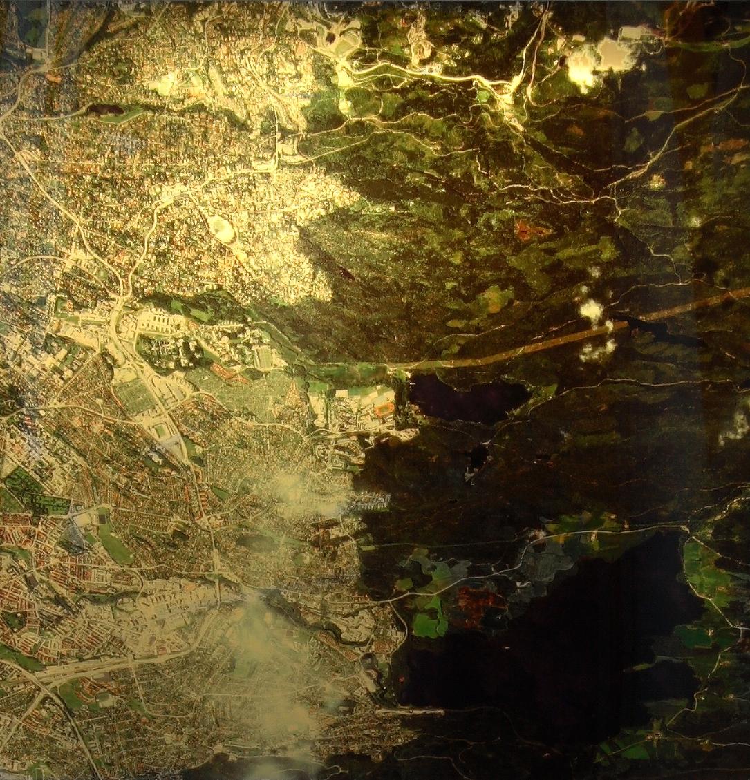 """Med et satellittfoto av Riksarkivet som utgangspunkt, har kunstneren tatt tak i forholdet mellom analog og digital informasjon; mellom kart og foto. Slik tematiserer han det historiske skillet som har oppstått i det Riksarkivet går over fra analoge til digitale lagringsverktøy. Kunstneren bestilte et """"foto""""/ """"datasett"""" fra satellitten Quickbird som beveger seg 450 kilometer unna. Fra dette datasettet har kunstneren utarbeidet seks verk for Riksarkivet. """"3-2-1"""" er ett av disse."""