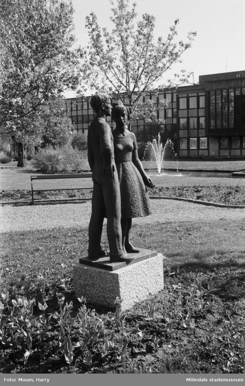 Skulptur i Stadshuspaken i Mölndal, år 1985. Fotografi taget av Harry Moum, Mölndals-Posten.