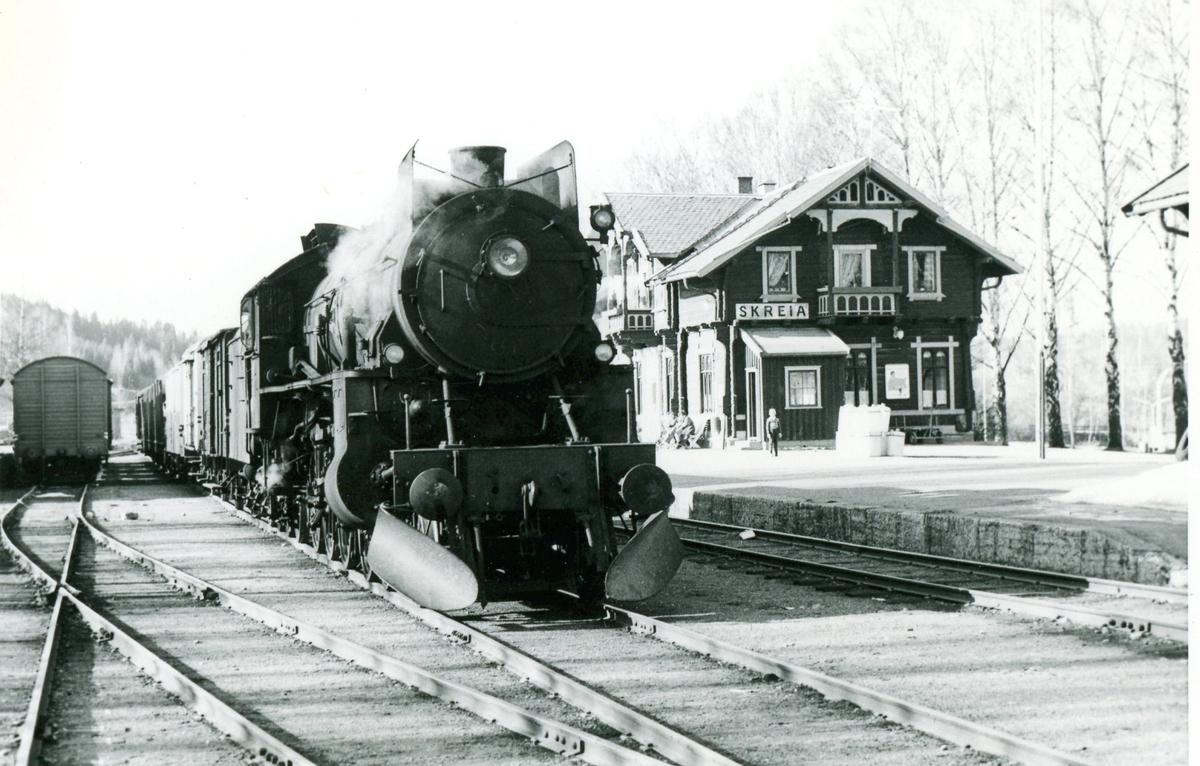 Godstoget har ankommet Skreia stasjon. Damplok 31b nr. 451.