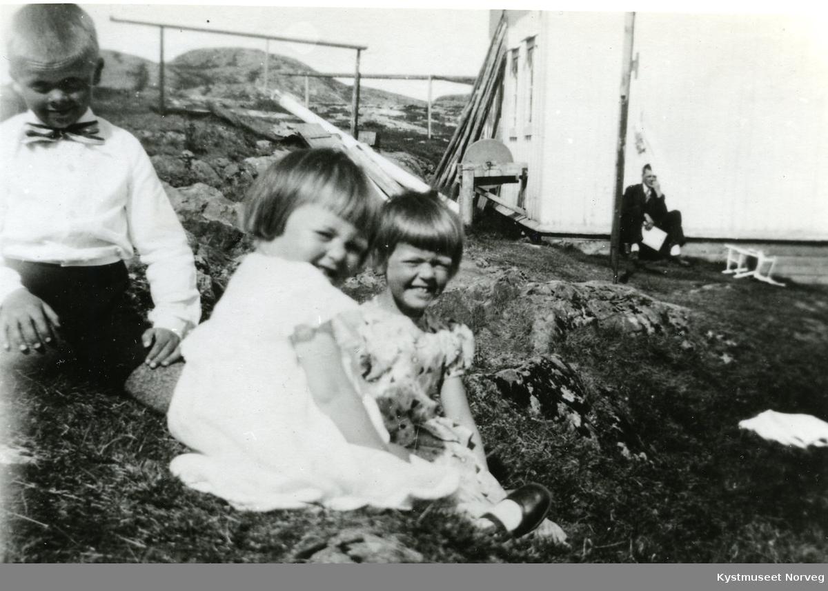 Gudbrand, Randi og Kirsten Svendsgaard med Ivar Iversen i bakgrunnen
