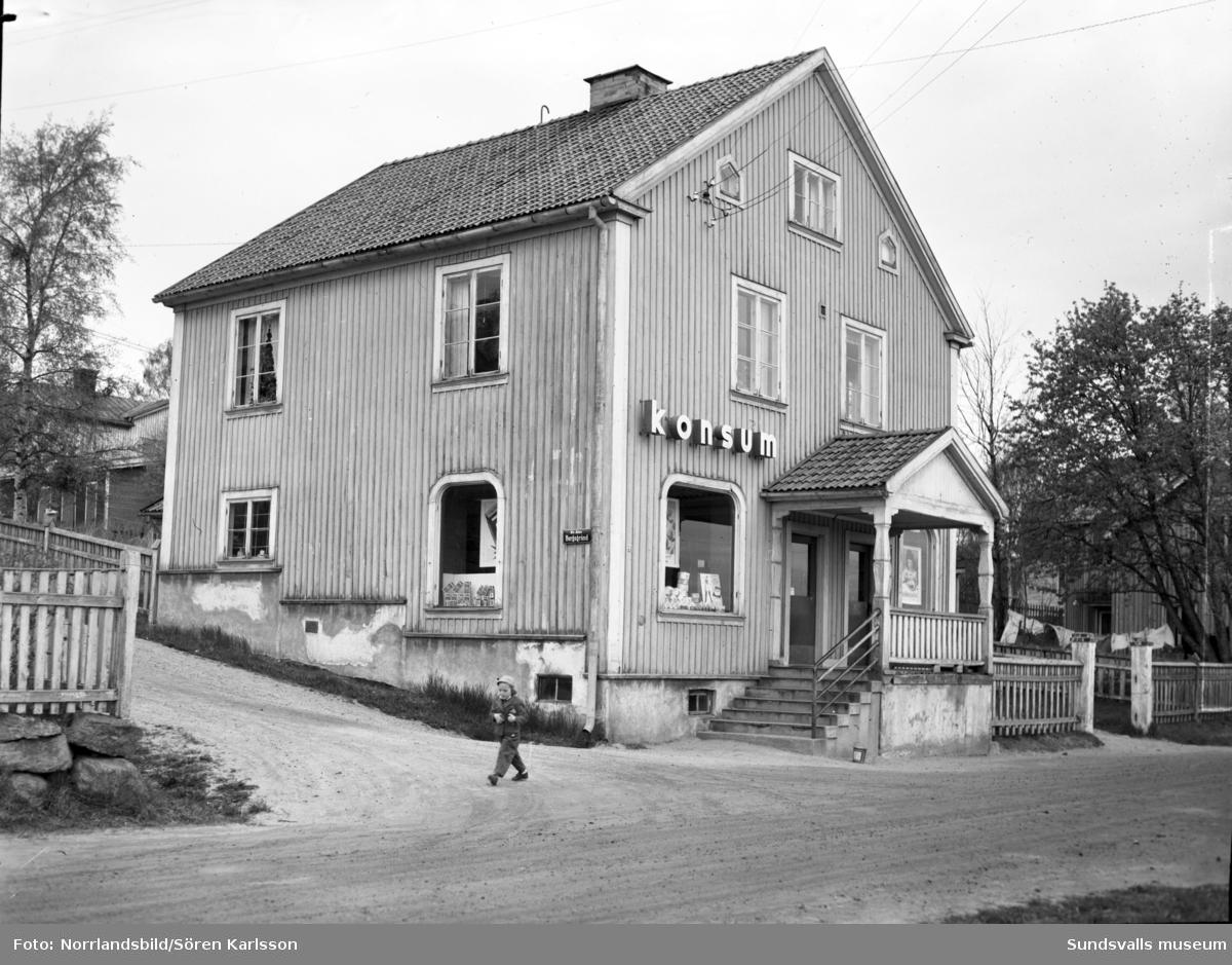Konsumbutik vid Snickaregatan 31 i korsningen vid Bergsgränd.