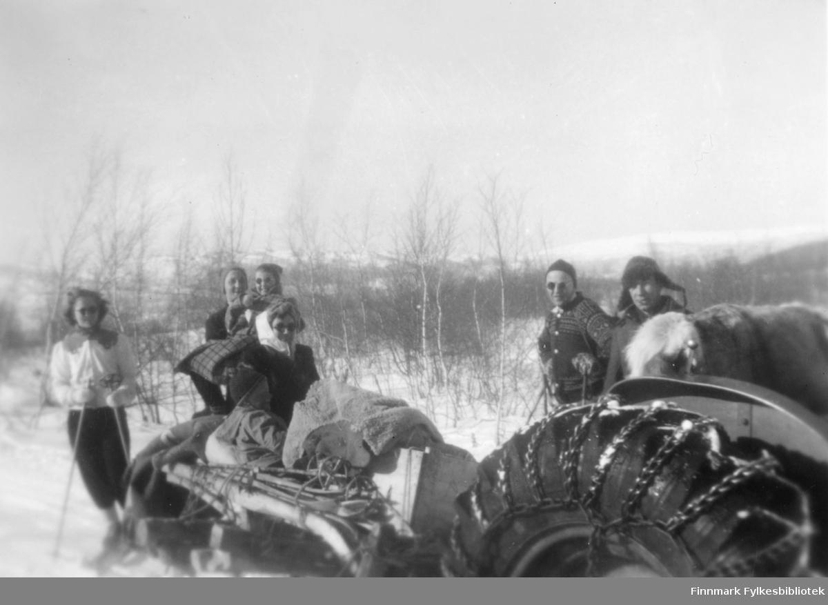 Skitur i påsken. Mannen med skinnlua er Kristian Wisløff, det er hans traktor. Ved siden av ham står John Mjøen. I sleden sitter Ingrid Aune med gutten sin Kjell foran seg. Bak henne sister Anne Lise Mjøen (12 år), og hun støttes av Reidar Aune. Men hvem som står ved siden av på ski er ukjent. 1950-51.