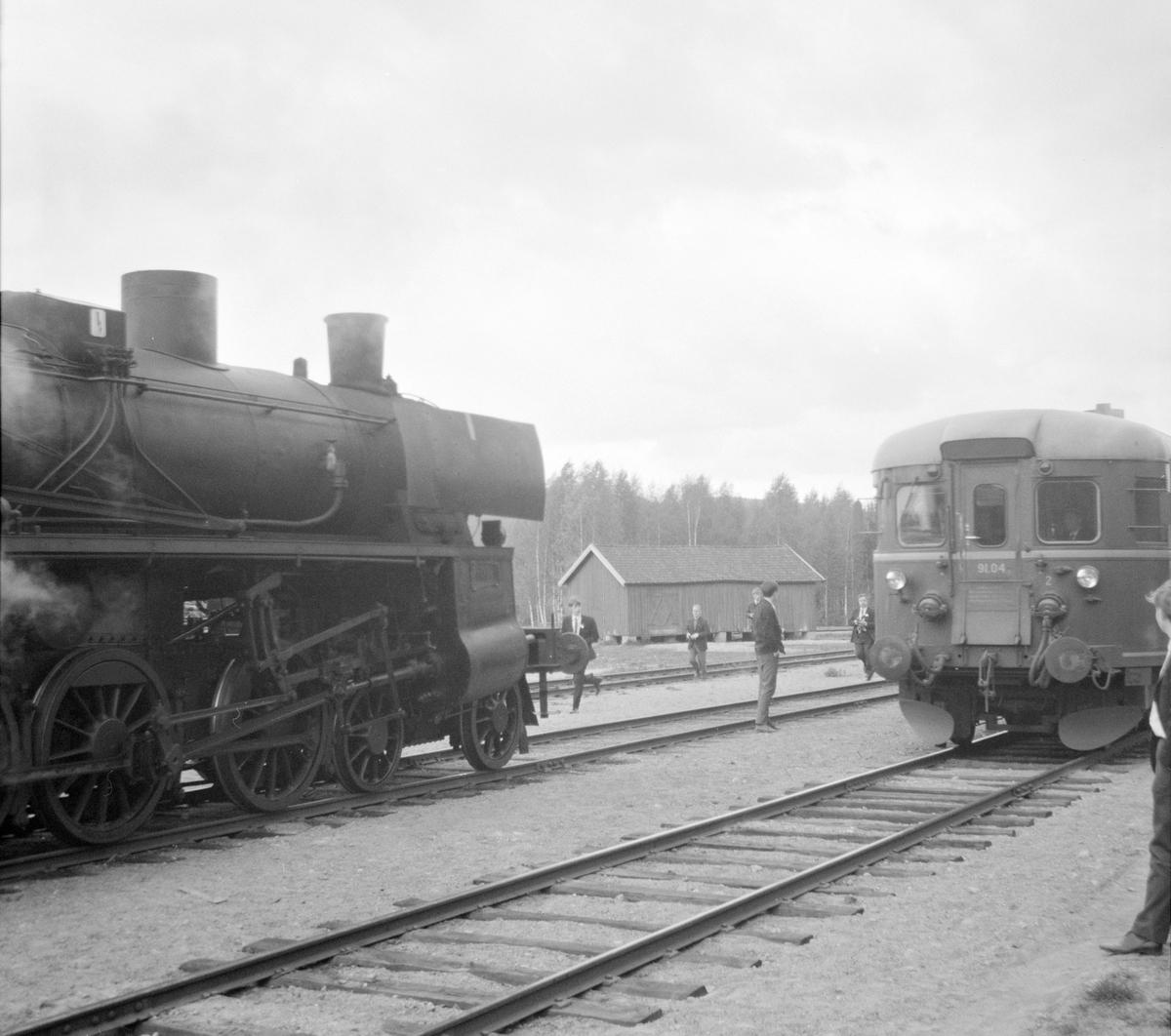 Fra veterantogturen Kongsvinger-Hamar for A/L Hølandsbanen og Svenska Järnvägsklubben. Kryssing med motorvogn type 91.