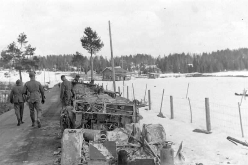 Utbrente tyske kjøretøy etter kampen ved Grøndalen. Foto, Øyvind Leonsens billedsamling.