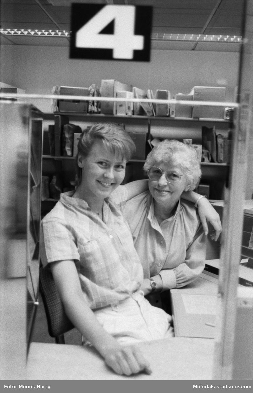 """Nyrenoverade postkontoret på Jungfruplatsen i Mölndal, år 1985. """"Katarina Börjesson och Inger Göthage, sistnämnda har varit med sedan 1959 då postkontoret öppnades första gången.""""  För mer information om bilden se under tilläggsinformation."""