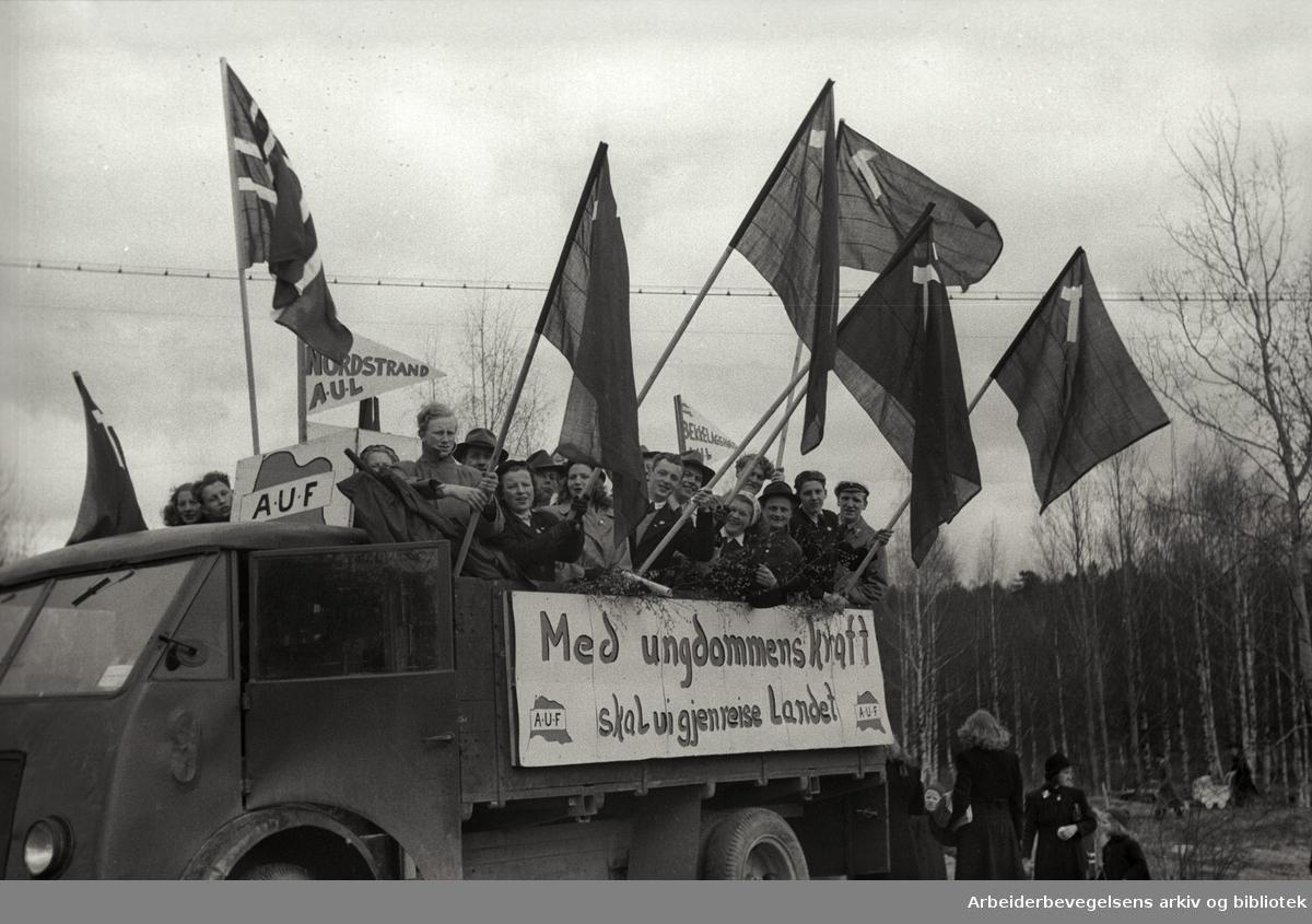 1. mai 1947, stevne på Ekeberg. Parole: Med ungdommens kraft skal vi gjenreise landet AUF Nordstrand AUL.