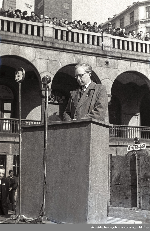 1. mai 1946, ordfører Arnfinn Vik taler på Youngstorget.