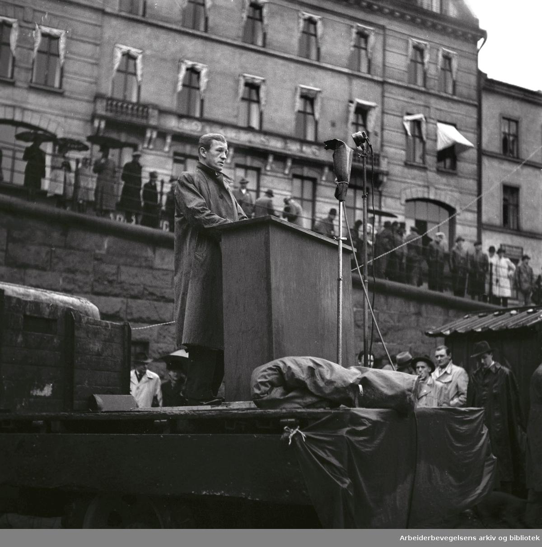 1. mai 1948, Asbjørn Tenmann taler på Youngstorget.