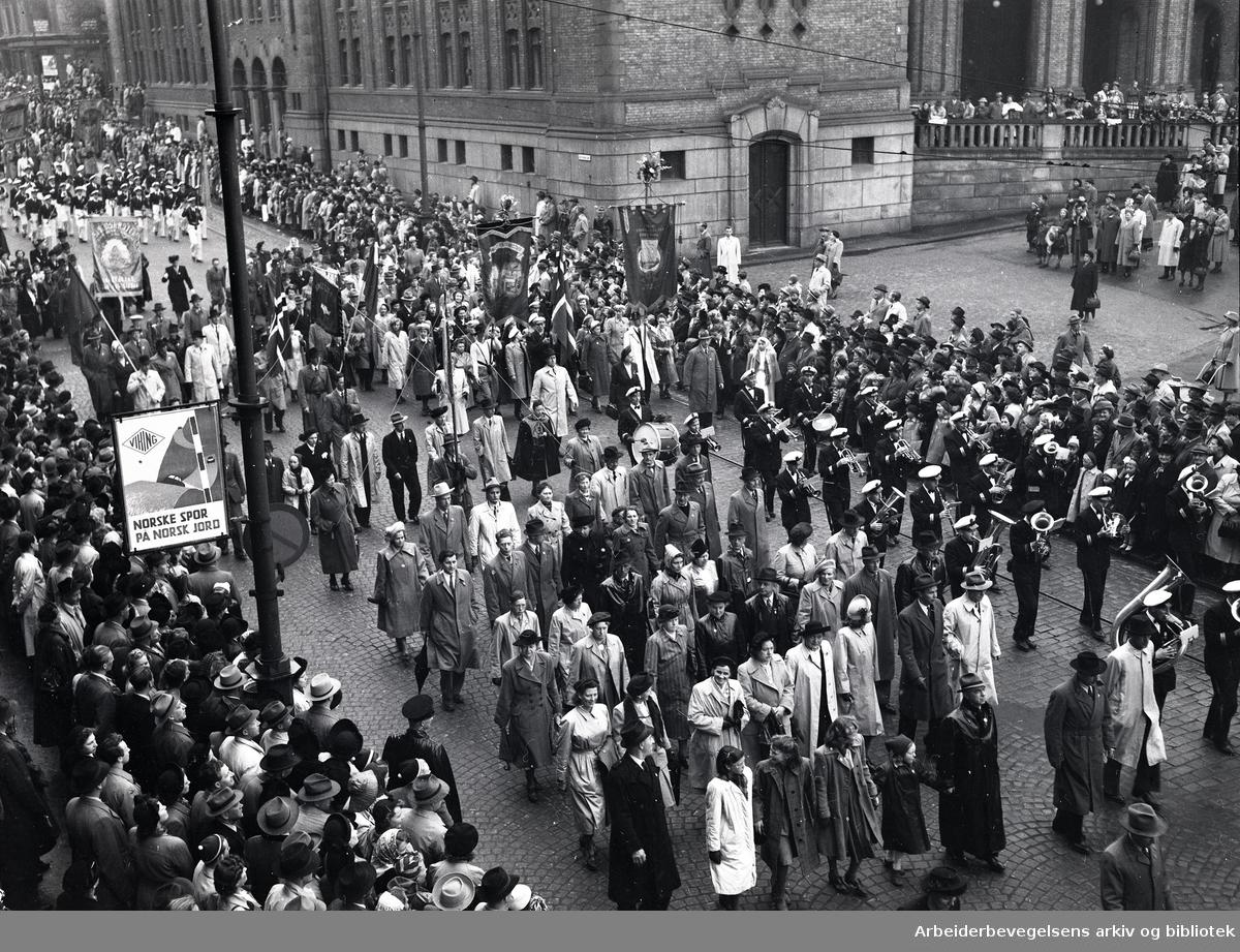 1. mai 1950, demonstrasjonstoget i Karl Johans gate. Faner: Oslo Tekstilarbeiderforening og Nydalens Tekstilarbeiderforening.