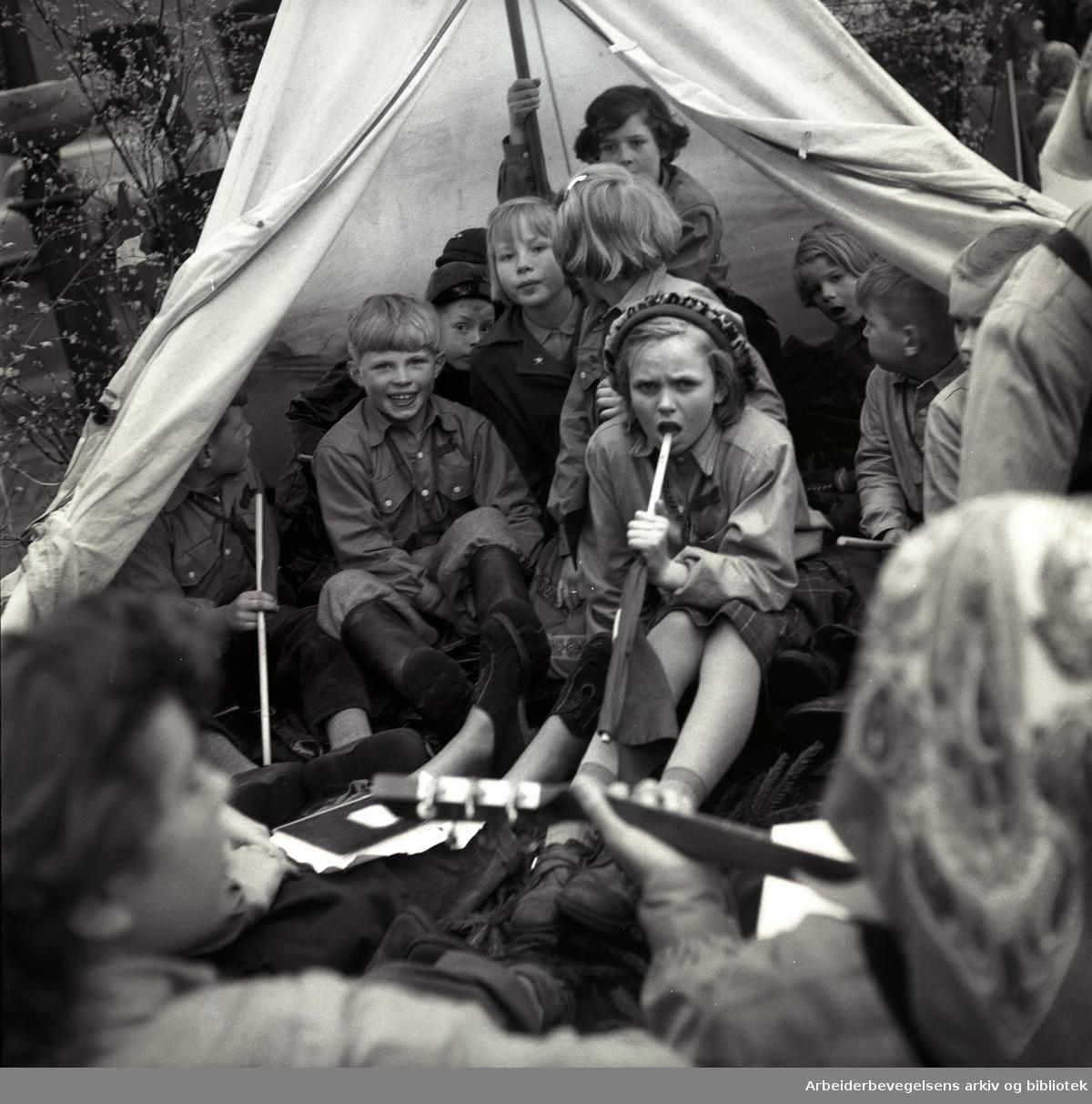1. mai 1953 i Oslo.Barnetoget..