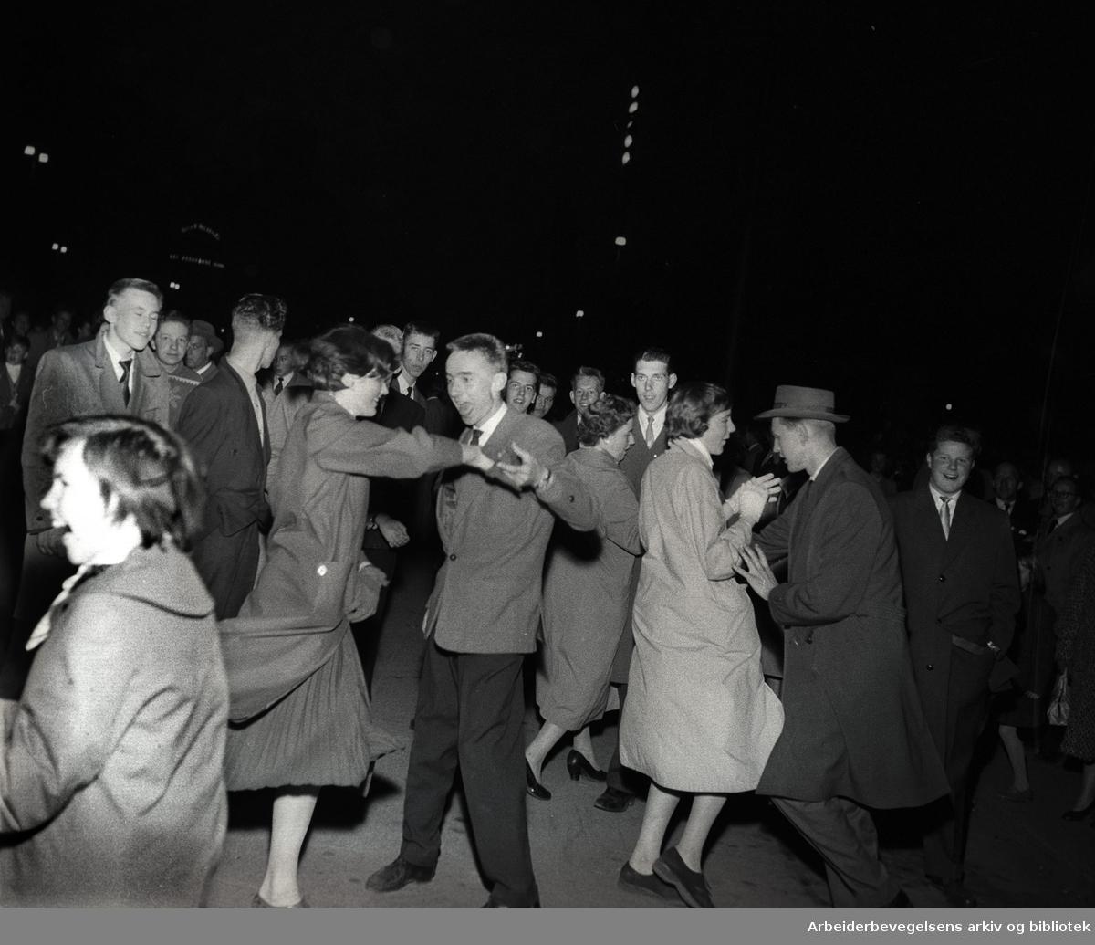 1. mai 1958..Dans på Rådhusplassen.