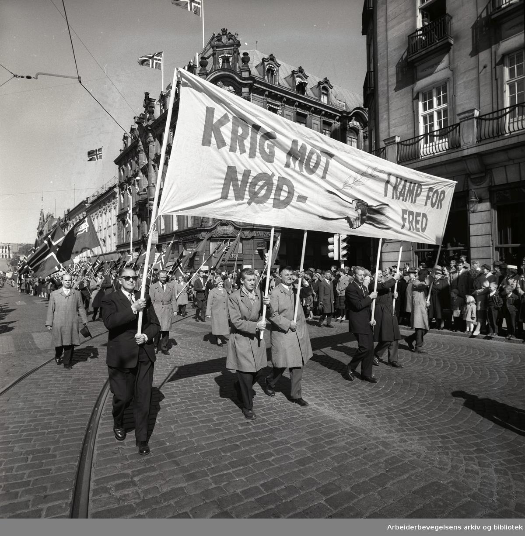 1. mai 1960 i Oslo.Karl Johans gate..Demonstrasjonstoget..Parole: Krig mot nød - I kamp for fred.