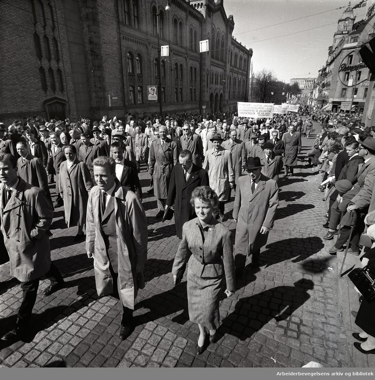 1. mai 1960 i Oslo.Karl Johans gate..Demonstrasjonstoget..I forgrunnen Tron Gerhardsen og Gro Harlem Brundtland..