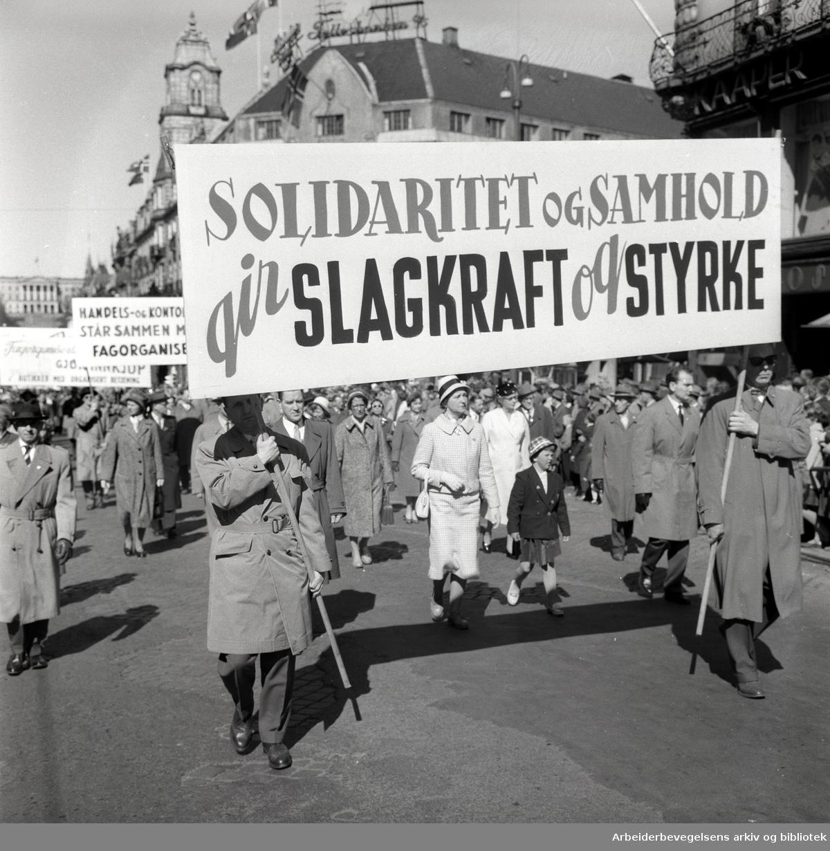1. mai 1960 i Oslo.Karl Johans gate..Demonstrasjonstoget..Parole: Solidaritet og samhold gir slagkraft og styrke