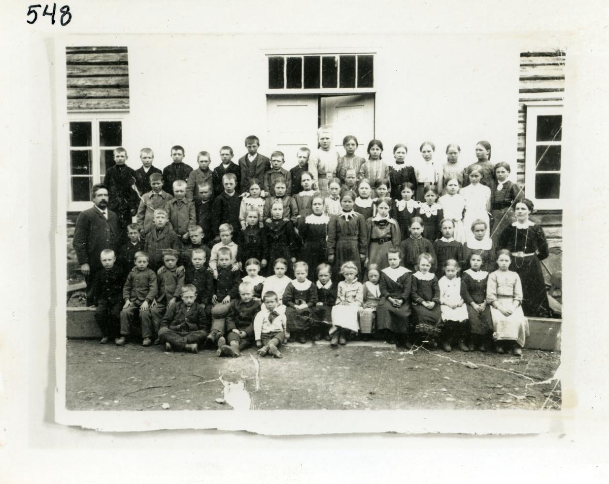 Skolebilde fra Høre skule, Vang,  i 1913. For navn på lærere og elever, se referanser