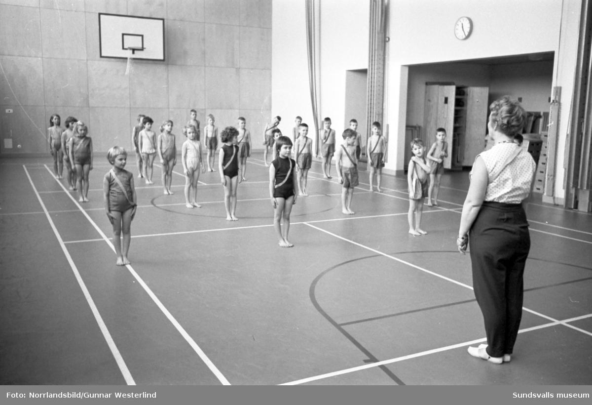 Tomteskolans förstaklassare har gymnastiklektion.