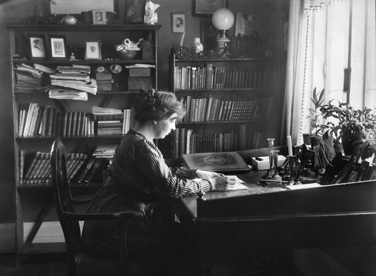 Skrivebord, kvinne, Røssumstua, interiør