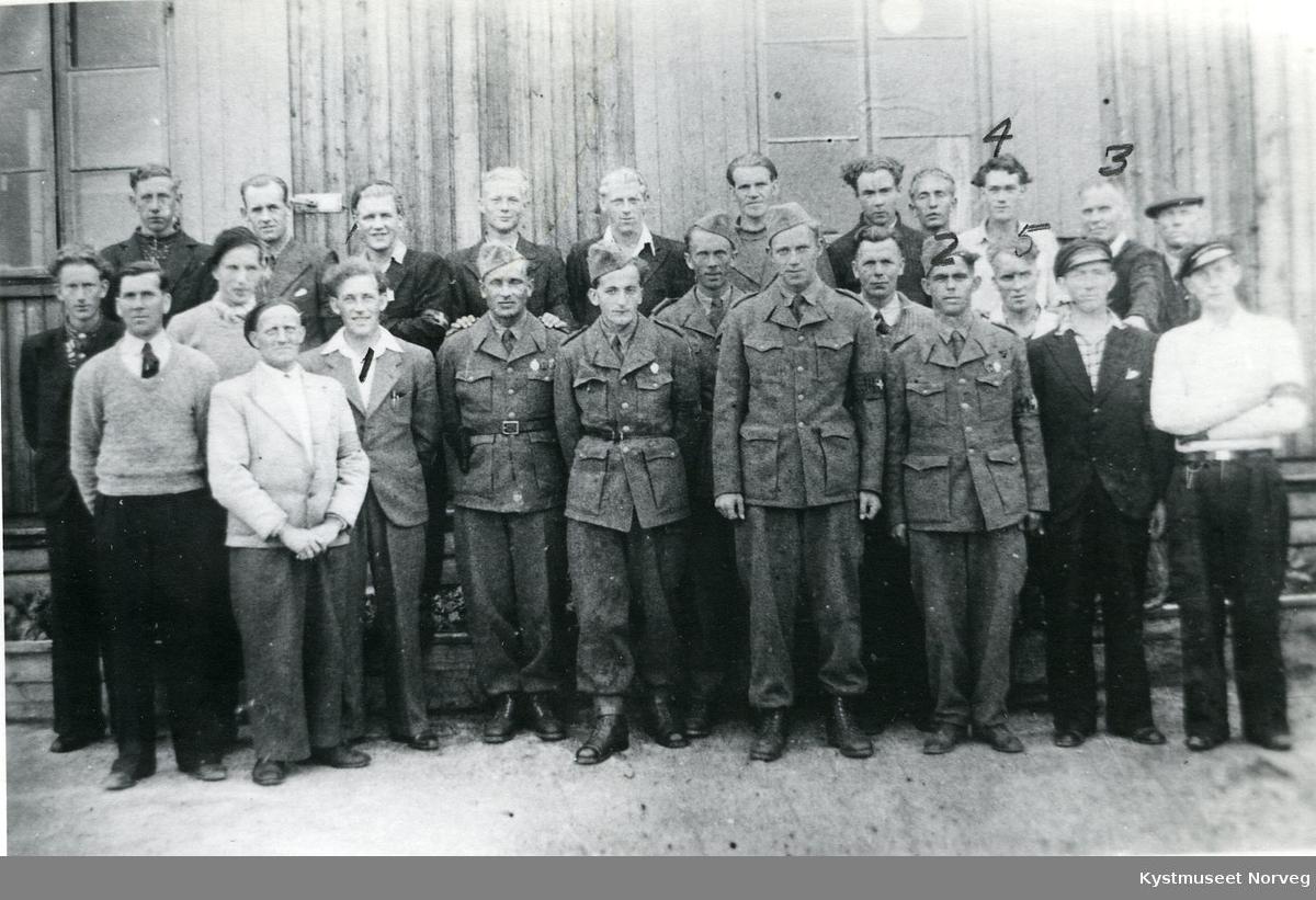 Foran fra høyre? Hermund Eriksen, Helge Bondø, Reidar Enstad, Odd Kirkeberg? og Ragnar Fredriksen på Rørvik? 25 menn fra heimevernet